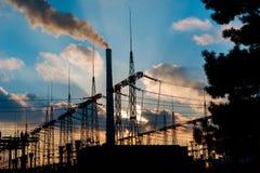 Εγκαταστάσεις παραγωγής ενέργειας κατά τη διάρκεια της ανατολής οικολογική περιβαλλοντική ρύπανση φωτογραφιών κρίσης Ρυπογόνος αέ Στοκ φωτογραφία με δικαίωμα ελεύθερης χρήσης