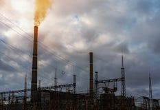 Εγκαταστάσεις παραγωγής ενέργειας κατά τη διάρκεια της ανατολής οικολογική περιβαλλοντική ρύπανση φωτογραφιών κρίσης Ρυπογόνος αέ Στοκ Φωτογραφίες