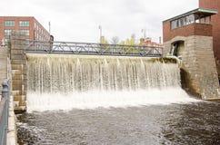 Εγκαταστάσεις παραγωγής ενέργειας πέρα από τον ποταμό Tammerkoski Στοκ εικόνα με δικαίωμα ελεύθερης χρήσης