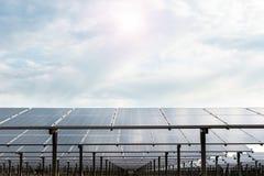 Εγκαταστάσεις παραγωγής ενέργειας που χρησιμοποιούν την ανανεώσιμη ηλιακή ενέργεια με τον ήλιο Στοκ εικόνες με δικαίωμα ελεύθερης χρήσης