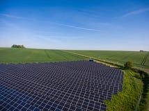 Εγκαταστάσεις παραγωγής ενέργειας που χρησιμοποιούν την ανανεώσιμη ηλιακή ενέργεια με τον ήλιο στοκ φωτογραφία με δικαίωμα ελεύθερης χρήσης