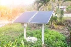 Εγκαταστάσεις παραγωγής ενέργειας που χρησιμοποιούν την ανανεώσιμη ηλιακή ενέργεια Πράσινη ενέργεια Στοκ εικόνα με δικαίωμα ελεύθερης χρήσης
