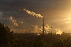 Εγκαταστάσεις παραγωγής ενέργειας σε ένα ηλιοβασίλεμα Στοκ Φωτογραφίες