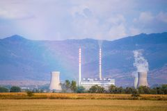 Εγκαταστάσεις παραγωγής ενέργειας στα βουνά στοκ φωτογραφία με δικαίωμα ελεύθερης χρήσης
