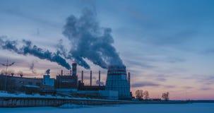 Εγκαταστάσεις παραγωγής ενέργειας συμπαραγωγής στην πόλη κόκκινο ηλιοβασίλεμα τοπίων χρωμάτων δονούμενο Συνδυασμένες εγκαταστάσει φιλμ μικρού μήκους