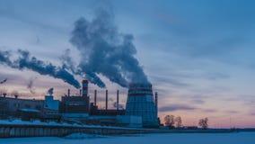 Εγκαταστάσεις παραγωγής ενέργειας συμπαραγωγής στην πόλη κόκκινο ηλιοβασίλεμα τοπίων χρωμάτων δονούμενο Συνδυασμένες εγκαταστάσει απόθεμα βίντεο