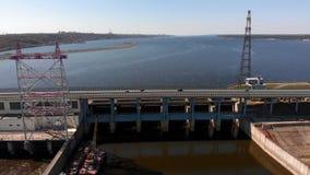 Εγκαταστάσεις υδρο παραγωγής ενέργειας στον ποταμό, copter βλαστός απόθεμα βίντεο