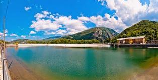 Εγκαταστάσεις υδροηλεκτρικής παραγωγής ενέργειας και λίμνη σε Ligonchio, Αιμιλία Apennines, Ιταλία Στοκ εικόνα με δικαίωμα ελεύθερης χρήσης
