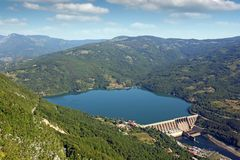 Εγκαταστάσεις Perucac υδροηλεκτρικής ενέργειας στο τοπίο ποταμών της Drina Στοκ φωτογραφίες με δικαίωμα ελεύθερης χρήσης