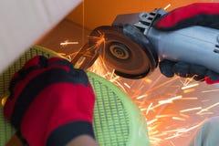Εγκαταστήστε τη λεπίδα στον ηλεκτρικό μύλο στοκ φωτογραφία με δικαίωμα ελεύθερης χρήσης