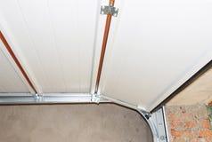 Εγκαταστήστε τη μετα ράγα μετάλλων πορτών γκαράζ και αναπηδήστε την εγκατάσταση και το ανώτατο όριο γκαράζ στοκ φωτογραφία