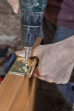 Εγκαταστήστε τις αρθρώσεις για την ξύλινη εσωτερική πόρτα, βίδα βιδώματος ξυλουργών στοκ φωτογραφίες