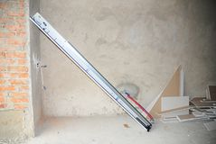 Εγκαταστήστε το σύστημα ελατηρίων ανοιχτηριών πορτών γκαράζ στοκ εικόνες