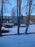 Εγκαταστήστε το χιόνι στη γειτονιά Στοκ Φωτογραφία