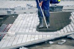 Εγκαταστήστε paver το πεζοδρόμιο με τις πέτρες επίστρωσης 2 στοκ φωτογραφία