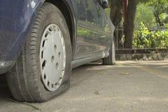 Εγκαταλείψτε το μπλε αυτοκίνητο Στοκ φωτογραφία με δικαίωμα ελεύθερης χρήσης