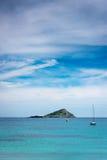Εγκαταλειμμένα νησί και Sailboats Στοκ φωτογραφίες με δικαίωμα ελεύθερης χρήσης