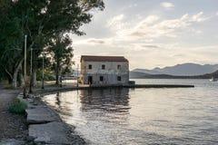 εγκαταλειμμένα τούβλα που χτίζουν το επίγειο μέρος απορριμάτων παλαιό Στοκ εικόνες με δικαίωμα ελεύθερης χρήσης