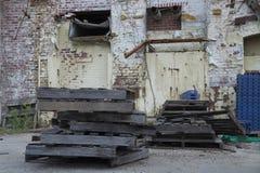 Εγκαταλειμμένες εξωτερικές καταστροφές αποθηκών εμπορευμάτων Στοκ εικόνα με δικαίωμα ελεύθερης χρήσης