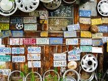 Εγκαταλειμμένες πινακίδες αριθμού κυκλοφορίας: Αλάσκα: ΗΠΑ: Στις 28 Μαΐου 2009 Στοκ Φωτογραφία