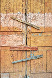 Εγκαταλειμμένες σπασμένες ξύλινες πόρτα και κλειδαριά υπόστεγων σημειωμένο παράθυρο Στοκ εικόνα με δικαίωμα ελεύθερης χρήσης