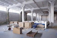 Εγκαταλειμμένη αποθήκη εμπορευμάτων με τα σπασμένα συρτάρια Στοκ Εικόνα