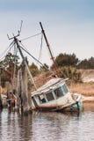 Εγκαταλειμμένη βάρκα γαρίδων που βυθίζεται κατά το ήμισυ Στοκ Εικόνες