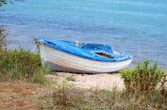 εγκαταλειμμένη βάρκα ξύλινη Στοκ Εικόνες