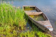 εγκαταλειμμένη βάρκα ξύλινη Στοκ Εικόνα