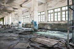 Εγκαταλειμμένη βιομηχανική σοφίτα σε ένα αρχιτεκτονικό υπόβαθρο με τα σκουπίδια στοκ εικόνες