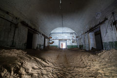 Εγκαταλειμμένη και σκουριασμένη παλαιά σοβιετική αποθήκη εμπορευμάτων αποθηκών των πυρηνικών κεφαλών στοκ φωτογραφία