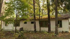 Εγκαταλειμμένη κατοικία στη δασική ημέρα φθινοπώρου Ομαλός μετακινηθείτε τον πυροβολισμό απόθεμα βίντεο