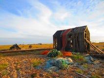 Εγκαταλειμμένη καλύβα Fishermans που καλύπτεται στα παλαιά δίχτυα Στοκ Φωτογραφία