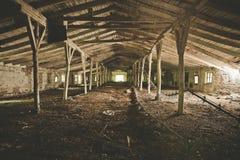 Εγκαταλειμμένη κτήριο ή σιταποθήκη αποθηκών εμπορευμάτων Στοκ φωτογραφία με δικαίωμα ελεύθερης χρήσης