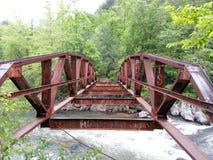Εγκαταλειμμένη κόκκινη γέφυρα Στοκ εικόνα με δικαίωμα ελεύθερης χρήσης