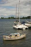 Εγκαταλειμμένη ξύλινη βάρκα που δένεται σε έναν ποταμό λιμένων Στοκ φωτογραφία με δικαίωμα ελεύθερης χρήσης