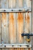 Εγκαταλειμμένη ξύλινη πόρτα Στοκ εικόνα με δικαίωμα ελεύθερης χρήσης