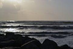 Εγκαταλειμμένη παραλία ανατολής με το συντρίβοντας νερό και τους βράχους Στοκ εικόνα με δικαίωμα ελεύθερης χρήσης