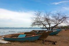 Εγκαταλειμμένη παραδοσιακή βάρκα στοκ εικόνες