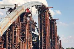 Εγκαταλειμμένη παλαιά κατασκευή εφαρμοσμένης μηχανικής γεφυρών μεγάλη Στοκ εικόνες με δικαίωμα ελεύθερης χρήσης