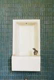 Εγκαταλειμμένη πηγή σχολικού νερού με τα πράσινα κεραμίδια Στοκ Εικόνες