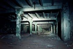 Εγκαταλειμμένη υπόγεια σήραγγα που συνδέει τα κτήρια του εργοστασίου στοκ εικόνες