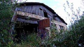 Εγκαταλειμμένη χλοώδης αγροτική πύλη φιλμ μικρού μήκους