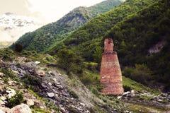 Εγκαταλειμμένος βιομηχανικός φούρνος ενάντια στο σκηνικό του pe βουνών Στοκ Εικόνες