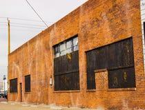 Εγκαταλειμμένος επιβιβασμένος επάνω στο εμπορικό κτήριο τούβλου στοκ φωτογραφίες με δικαίωμα ελεύθερης χρήσης