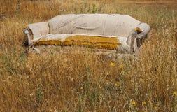 Εγκαταλειμμένος καναπές Στοκ Φωτογραφίες
