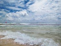 εγκαταλειμμένος ο παραλία γιος θάλασσας μητέρων νησιών χεριών προσδιορίζει τη θύελλα Μια κόκκινη σημαία προειδοποιεί για τους κιν Στοκ Εικόνες