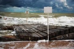 εγκαταλειμμένος ο παραλία γιος θάλασσας μητέρων νησιών χεριών προσδιορίζει τη θύελλα Στοκ Εικόνες