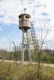 Εγκαταλειμμένος πύργος κιβωτίων σκοπών από ένα δίχτυ με οδοντωτό - καλώδιο Στοκ φωτογραφία με δικαίωμα ελεύθερης χρήσης