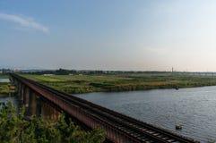 Εγκαταλειμμένος σιδηρόδρομος πέρα από το αγρόκτημα Στοκ φωτογραφία με δικαίωμα ελεύθερης χρήσης